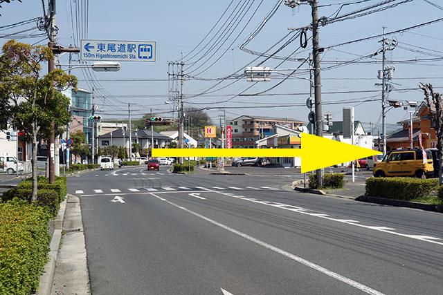 東尾道駅方面へ道なりに進み、東新涯中央交差点(右手にほかほか弁当)を右折して下さい。